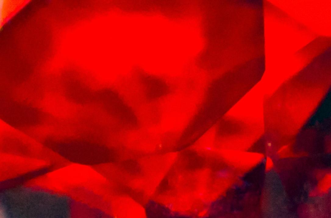 foto astratta di cristalli rossi fluttuanti con trasparenze e sfumature nere