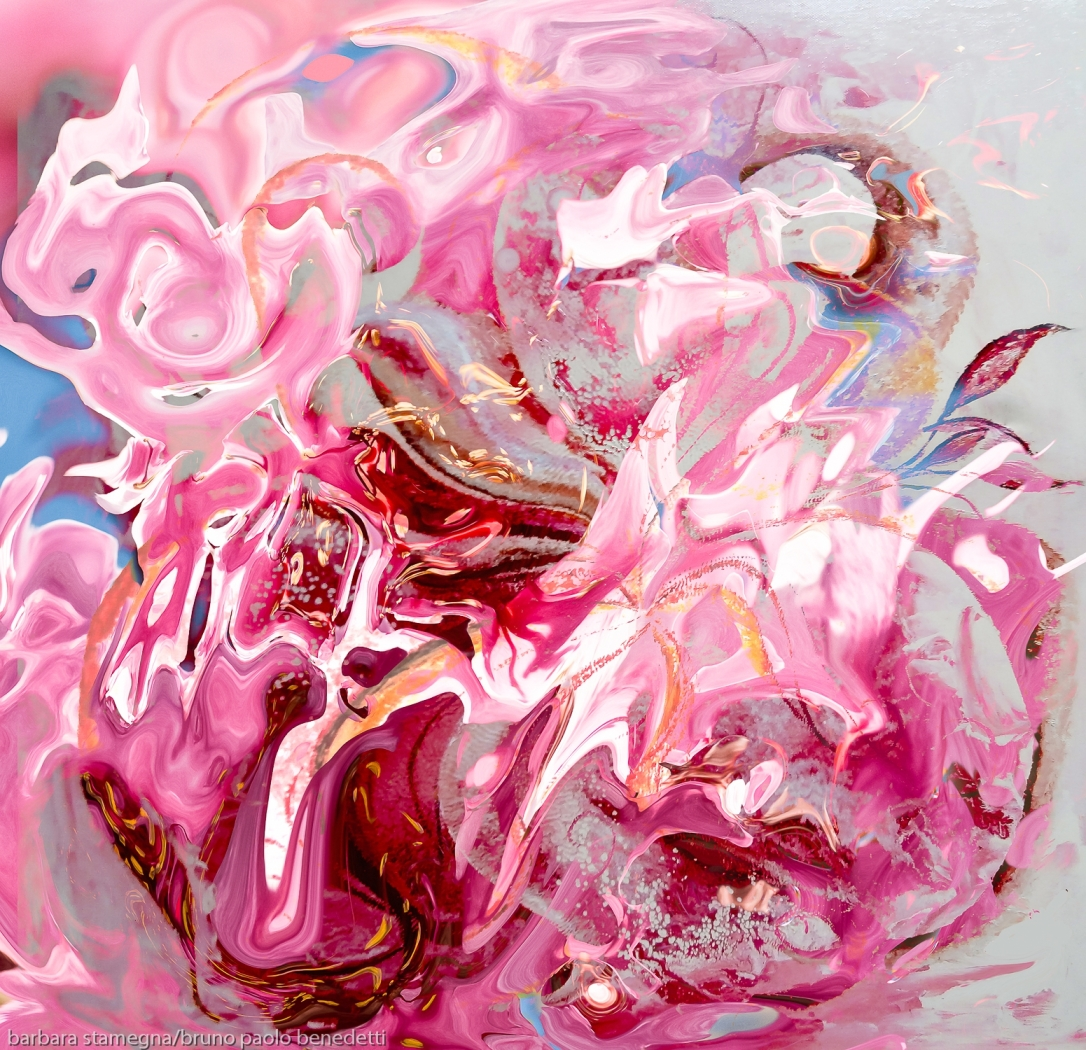 immagine screziata con forma astratta di fiore dal colore rosa con sfumature e toni dominanti n colore rosa