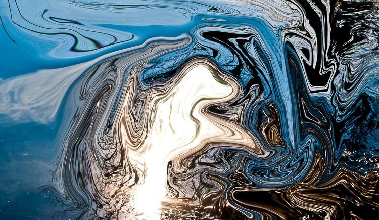 riflessi della luce sull'acqua in inverno,forma fluida astratta bianca su sfondo fluido
