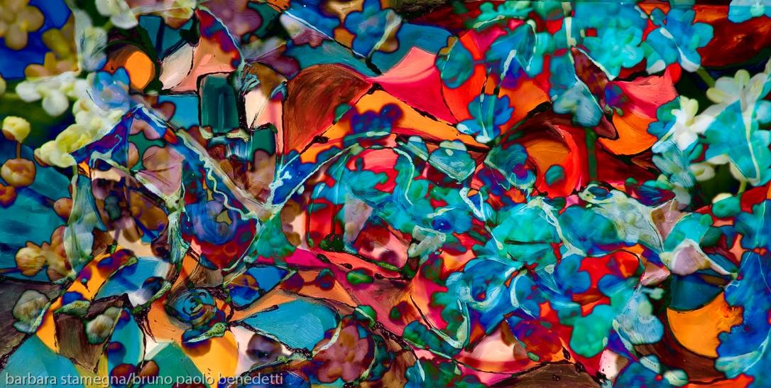immagine astratta con chiazze di forme astratte dai molti colori brillanti con una dominante di colore rosso e toni di colore blu