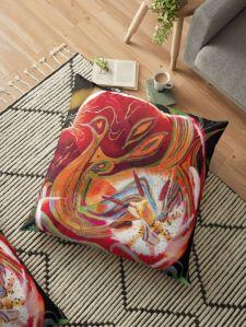 cuscino da arredo con tema astratto in toni dominanti di colore rosso con una immagine centrale dai colori caldi su uno sfondo verde scuro a chiazze