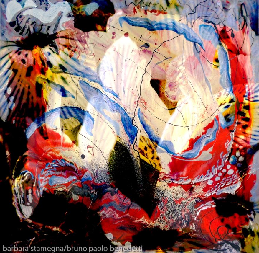 immagine dinamica di arte astratta con forme centrali bianche luminose dai forti contrasti e linee ricurve
