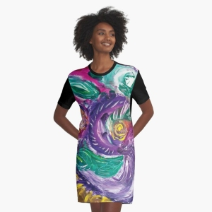 abito da donna con mmagine astratta con vortici e forme circolari dai toni di color porpora con screziature e con colori verdi,bianchi,fucsia,porpora e giallo