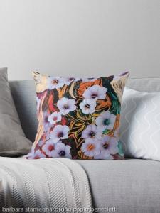 cuscino da divano con disegno astratto di fiori eterei fluttuanti di colore indaco su sfondo screziato variopinto