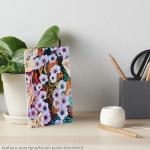 tavola artistica con disegno astratto di fiori eterei fluttuanti di colore indaco su sfondo screziato variopinto
