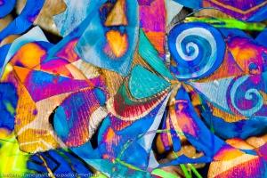 colori brillanti in immagine astratta con trama dinamica fatta da forme geometriche,rotonde e linee spezzate