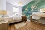 stampa murale di BBS arte con tema floreale astratto ambientata in una camera da letto