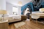 stampa murale autoadesiva di alta qualità con tema astratto dalle tonalità di blu, bianco e nero, ambientata in camera da letto