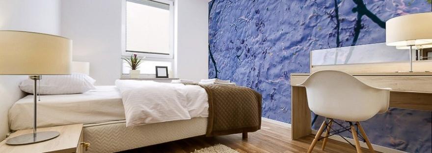 adesivo murale di colore indaco con trama grezza su parete di camera da letto
