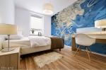 stampa murale adesiva con tema astratto fluido bianco su sfondo fluido blu con sfumature su parete di camera da letto
