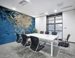 stampa murale astratta con tema fluido bianco con sfumature su sfondo fluido blu su parete di sala riunioni