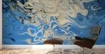 stampa murale con forma fluida bianca centrale su sfondo fluido blu su parete di studio. Sfumature di bianco e di blu
