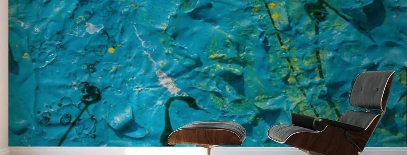 murale astratto con trama di colore blu che riproduce un effetto grezzo con rilievi, linee spezzate e sfumature gialle applicato sulla parete di uno studio