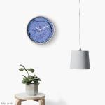 tema astrato con trama grezza in colore indaco su orologio murale