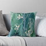 cuscino con motivo astratto floreale su acqua in tonalità verde con forme floreali astratte su divano