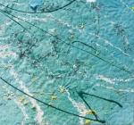 linee,punti gialli e striature bianche su sfondo grezzo ondeggiante di colore blu chiaro con sfumature verdi