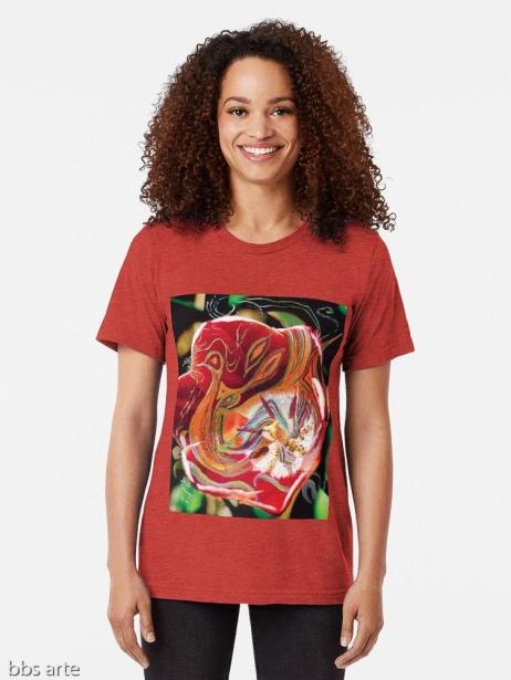 t-shirt donna dai toni di rosso, nero, arancione, verde e bianco con design astratto di forme e linee curve