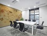 stampa adesiva murale con tema astratto con fili e forme geometriche triangolari,rettangolari con riccioli in tonalità di colore giallo su parete di sala riunioni