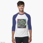 t-shirt con motivo variopinto astratto con colori screziati e oggetti e forme dettagliate