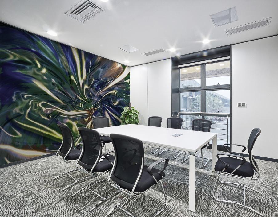 murale con tema astratto con vortice fluido di luce e colori di tonalità blu su parete di sala riunioni