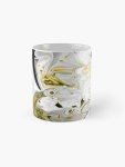 tazza classica con design astratto dai colori fluidi con contrasti di bianco e nero e sfumature di giallo