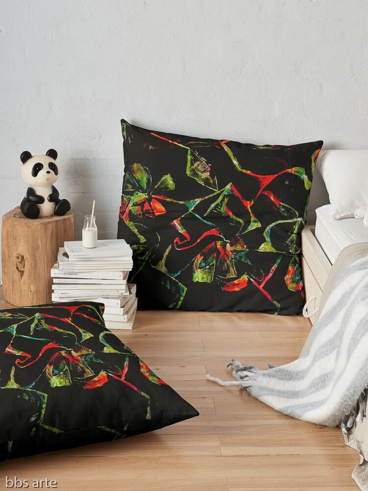 cuscino da pavimento con motivo astratto di forme naturali geometriche rosse e verdi su sfondo nero