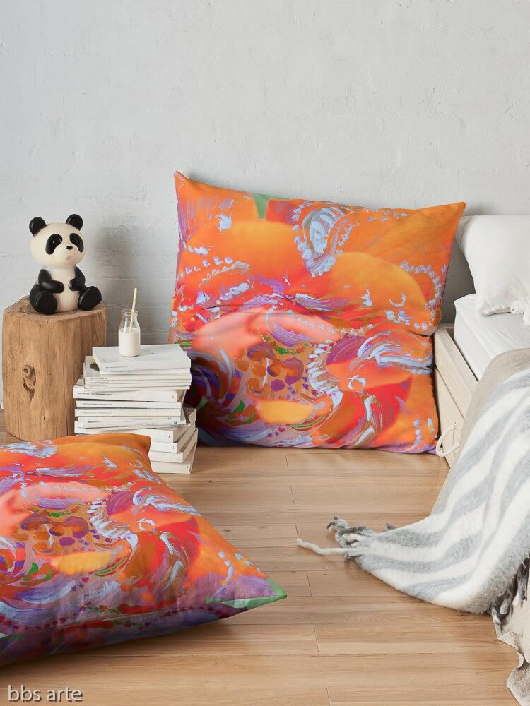 cuscino da pavimento con motivo di vortici bianchi su disegno floreale rosa e arancio