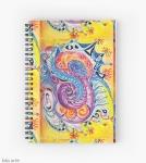 notebook agenda con spirale con motivo astratto di forme variopinte arrotondate in toni di rosso, bianco, arancione, rosa, nero, blu, celeste e viola con figure concentriche su sfondo giallo, con sfumature