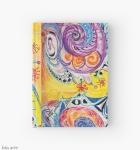 diario con copertina rigida chiusa con motivo astratto di forme variopinte arrotondate in toni di rosso, bianco, arancione, rosa, nero, blu, celeste e viola con figure concentriche su sfondo giallo, con sfumature